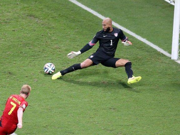 <b>Verladen</b><br/>Kevin De Bruyne zieht ins lange Eck, US-Keeper Tim Howard ist endlich überwunden. Foto:Ali Haider<br/>02.07.2014 (dpa)