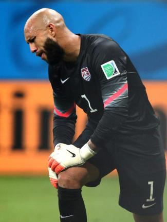 <b>Gefallener Held</b><br/>Über seinen WM-Rekord kann sich Tim Howard nicht freuen. 16 Schüsse auf das Tor parierte er, doch am Ende unterlag sein US-Team. Foto:Srdjan Suki<br/>02.07.2014 (dpa)