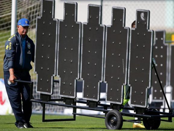<b>Führungskraft</b><br/>Einer muss den Karren ja aus dem Dreck ziehen. Trainer Luiz Felipe Scolari trägt die Verantwortung und bringt die Dummie-Mauer zum Training. Foto:Marcelo Sayao<br/>02.07.2014 (dpa)