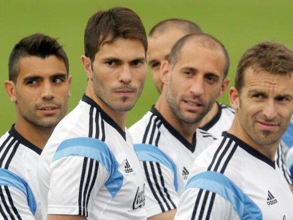 <b>Aufmerksam</b><br/>Als hätte jemand gepfiffen: Wem schauen Argentiniens Spieler so aufmerksam hinterher? Eigentlich kommen nur zwei Leute inFrage: Trainer Sabella oder LionelMessi. Foto: Felipe Trueba<br/>03.07.2014 (dpa)