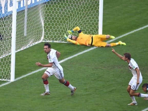 <b>Führung</b><br/>Mats Hummels (l)köpfte das 1:0 gegen Frankreich im WM-Viertelfinale bereits in der 12. Minute. Foto: Marcus Brandt<br/>04.07.2014 (dpa)