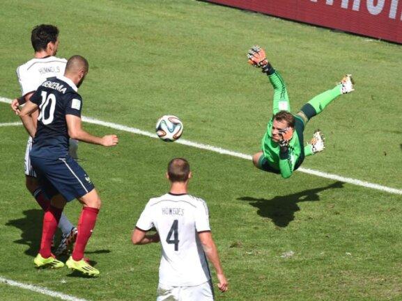 <b>Parade</b><br/>Nationalkeeper Manuel Neuer (r) war gegen die Franzosen ein sicherer Rückhalt. Foto: Marcus Brandt<br/>04.07.2014 (dpa)
