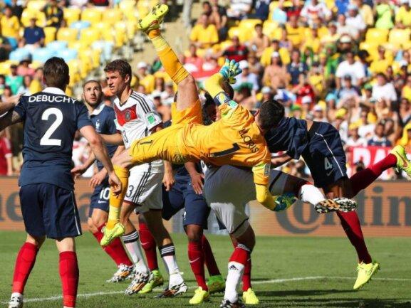 <b>Querschläger</b><br/>Der französische Torhüter Hugo Lloris (M.) hat im WM-Viertelfinale gegen Deutschland im Strafraum kurzfristig den Überblick verloren. Foto: Oliver Weiken<br/>04.07.2014 (dpa)