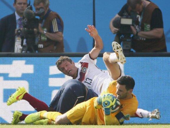 <b>Knäuel</b><br/>Thomas Müller (M.) bahnt sich den Weg und stolpert über einen französischen Abwehrspieler und Frankreich-Keeper Hugo Lloris. Foto: Kamil Krzaczynski<br/>04.07.2014 (dpa)