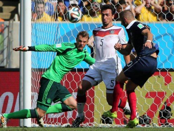 <b>Einsatz</b><br/>Mats Hummels (M.) stellt seinen Körper in den Abschluss von Frankreichs Stürmerstar Karim Benzema (r). Foto: Abedin Taherkenareh<br/>04.07.2014 (dpa)