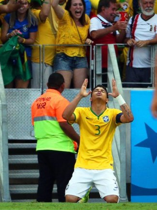 <b>Dank</b><br/>Nach seinem Tor zum 1:0 gegen Kolumbien bedankt sich Brasiliens Kapitän Thiago Silva an höchster Stelle. Foto: Diego Azubel<br/>05.07.2014 (dpa)
