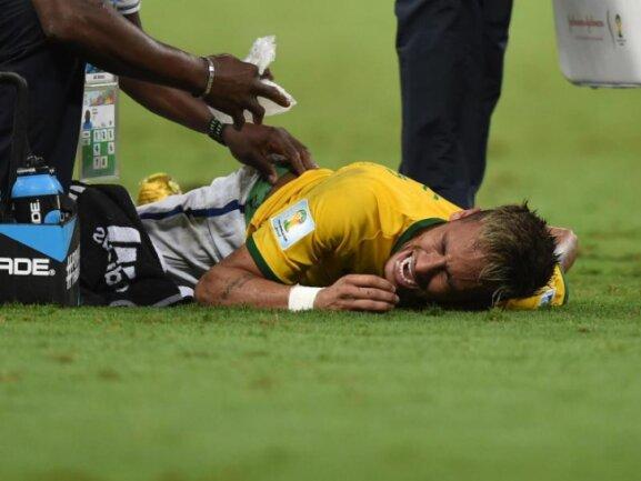 <b>Böse erwischt</b><br/>Neymar hat sich am Rücken verletzt und muss behandelt, und in der Schlussphase des Spiels sogar noch ausgewechselt werden. Foto: Marius Becker<br/>05.07.2014 (dpa)