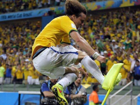 <b>Freudensprung</b><br/>Nach dem Tor von David Luiz muss die Eckfahne dran glauben. Foto: Sergey Dolzhenko<br/>05.07.2014 (dpa)