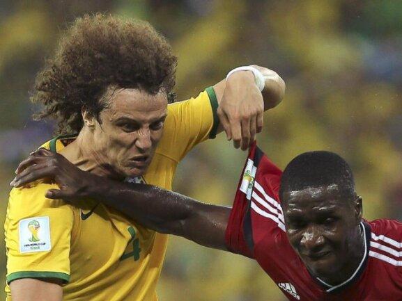 <b>Grimmig</b><br/>Das Halbfinale von Brasilien gegen Kolumbien war von harten Zweikämpfen beherrscht, wie dem zwischen David Luiz (l) und Adrian Ramos. Foto:Mauricio Duenas<br/>05.07.2014 (dpa)