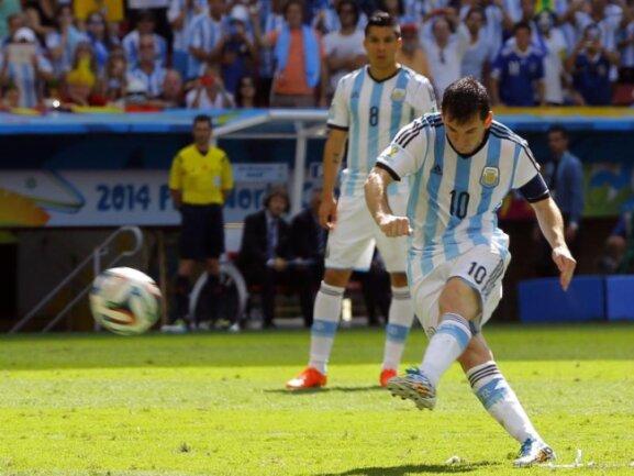 <b>Freistoß</b><br/>Der Freistoß von Superstar Lionel Messi verfehlte nur knapp das Ziel. Foto: Dennis Sabangan<br/>05.07.2014 (dpa)