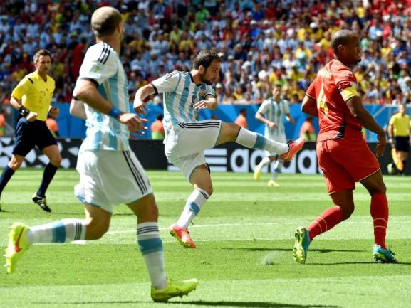 <b>Volley</b><br/>Gonzalo Higuain (l) zögert beim Torschuss zum 1:0 keine Sekunde und zog aus 16 Metern direkt ab. Foto: Peter Powell<br/>05.07.2014 (dpa)