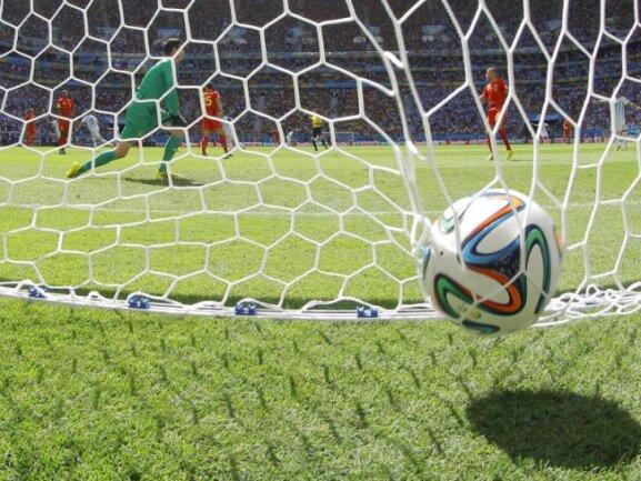 <b>Drin</b><br/>Der Ball zappelt im Netz. Keeper Thibaut Courtois musste machtlos mitansehen, wie der Ball im belgischen Tor landete. Foto: Robert Ghement<br/>05.07.2014 (dpa)