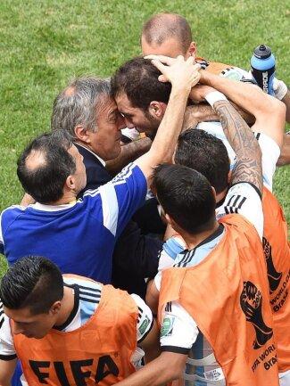 <b>Ausgelassen</b><br/>Gonzalo Higuain jubelt nach seinem Tor zum 1:0 gegen Belgien mit dem Betreuerstab und den Ersatzspielern. Foto: Shawn Thew<br/>05.07.2014 (dpa)