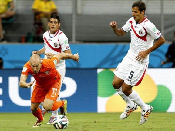 <b>Durchstarter</b><br/>Arjen Robben hat den Ball bekommen und setzt zum Sturm auf das Tor Costa Ricas an. Foto: Chema Moya<br/>05.07.2014 (dpa)