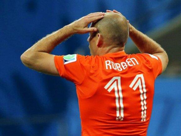 <b>Körpersprache</b><br/>Arjen Robben greift sich an seinen Charakterschädel und hadert mit einem vergebenen Ball. Foto: Antonio Lacerda<br/>05.07.2014 (dpa)