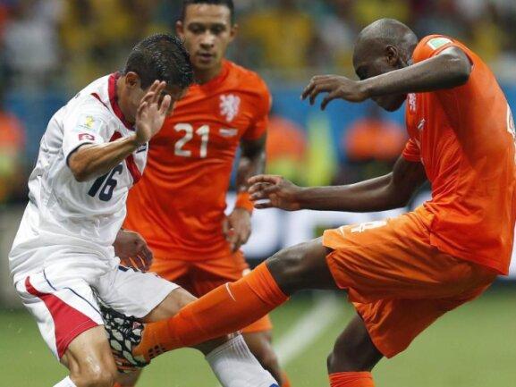 <b>Tritt</b><br/>Der Niederländer Bruno Martins Indi (r) tritt Costa Ricas Cristian Gamboa bei einem Foul fast in die «Kronjuwelen». Foto: Chema Moya<br/>05.07.2014 (dpa)