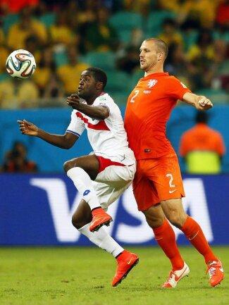 <b>Körpereinsatz</b><br/>Der Niederländer Ron Vlaar (r) schubst Costa Ricas Joel Campbell bei der Ballannahme leicht nach vorn. Foto: Yuri Kochetkov<br/>05.07.2014 (dpa)