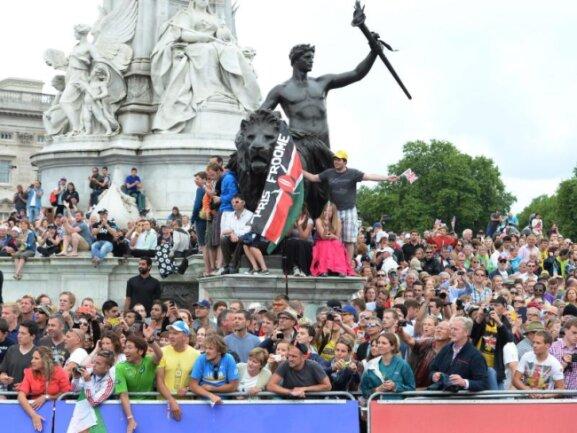 <b>Zuschauermassen</b><br/>Tausende Radsportfans bejubelten die Fahrer bei der Zielakunft am Londoner Buckingham Palace. Foto: Facundo Arrizabalaga<br/>07.07.2014 (dpa)
