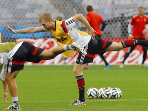 <b>«Supermann»</b><br/>Per Mertesacker übt beim Abschlusstraining der deutschen Nationalmannschaft die richtige Haltung. Foto: Robert Ghement<br/>08.07.2014 (dpa)