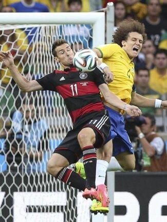 <b>Zweikampf</b><br/>Der Brasilianer David Luiz (r) und Miroslav Klose schenken sich nichts beim Kampf um den Ball. Foto: Ballesteros<br/>08.07.2014 (dpa)