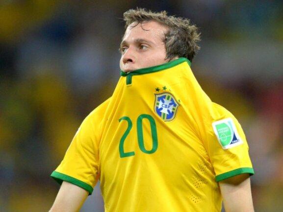<b>Frustriert</b><br/>Der Brasilianer Bernard möchte am liebsten im Boden versinken. Foto: Thomas Eisenhuth<br/>08.07.2014 (dpa)