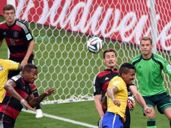 <b>Zwei-Wege-Stürmer</b><br/>DFB-Angreifer Miroslav Klose (M.) half auch hinten aus. Foto:Andreas Gebert<br/>08.07.2014 (dpa)