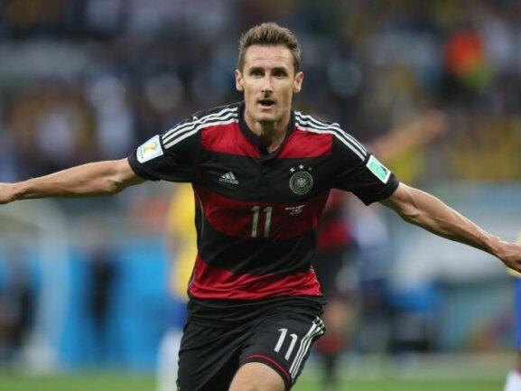 <b>Rekordtorschütze</b><br/>Miroslav Klose bejubelt seinen Treffer zum 2:0 gegen Brasilien, seinem insgesamt 16. WM-Tor, mit dem er nun alleiniger Rekordschütze bei Fußball-Weltmeisterschaften ist. Foto: Fernando Bizerra Jr.<br/>08.07.2014 (dpa)