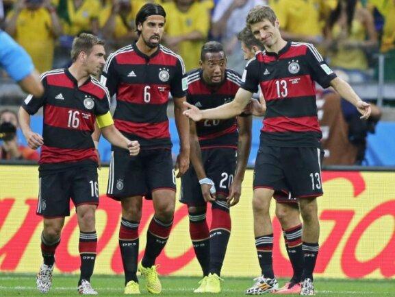 <b>«Habe die Ehre!»</b><br/>Thomas Müller (r) feiert mit seinen Teamkameraden den Treffer zum 1:0 gegen Brasilien. Foto: Dennis Sabangan<br/>08.07.2014 (dpa)