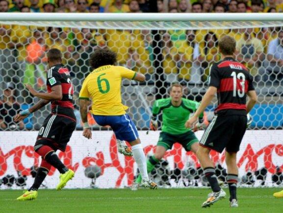 <b>Fernschuss</b><br/>Der Brasilianer Marcelo (Nr. 6) versuchte es aus der Distanz. Foto:Peter Powell<br/>08.07.2014 (dpa)