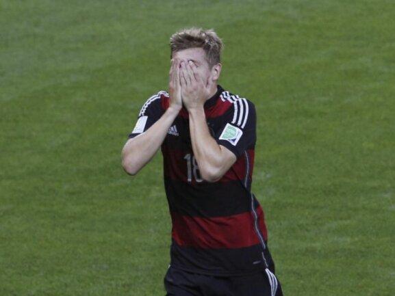 <b>Unglauben</b><br/>Nur eine Minute nach seinem ersten Treffer hat Toni Kroos sein zweites Tor gegen Brasilien erzielt und schlägt die Hände vors Gesicht. Foto: Felipe Trueba<br/>08.07.2014 (dpa)