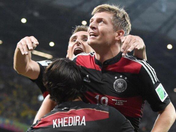 <b>Euphorie</b><br/>Toni Kroos (r) sorgt mit seinem Tor zum 3:0 für Deutschland für Hochstimmung im deutschen Team. Foto: Marcus Brandt<br/>08.07.2014 (dpa)