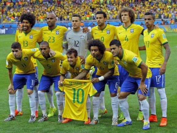 <b>Für Neymar</b><br/>Zum Mannschaftsfoto vor dem Spiel gegen Deutschland posiert die brasiliansiche Elf mit einem Trikot des verletzt abwesenden Starspielers Neymar. Foto: Robert Ghement<br/>08.07.2014 (dpa)