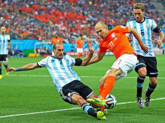 <b>Abgeräumt</b><br/>Pablo Zabaleta (l) geht kompromisslos in den Zweikampf mit Oranje-Superstar Arjen Robben. Foto:Srdjan Suki<br/>09.07.2014 (dpa)