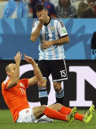 <b>Schlechtes Schauspiel</b><br/>Arjen Robben reklamiert ein Foul - Martin Demichelis hält sich die Augen zu. Foto: Sebastiao Moreira<br/>10.07.2014 (dpa)