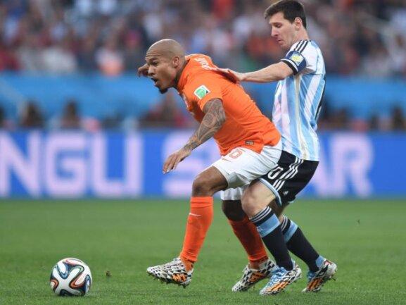 <b>Pferdekuss</b><br/>Superstar Messi (r) kann es auch robust: Der Argentinier trifft Nigel de Jong am Oberschenkel. Foto: Marius Becker<br/>09.07.2014 (dpa)