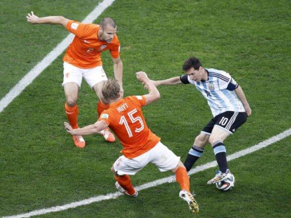 <b>Holland-Zange</b><br/>Argentiniens Superstar Lionel Messi (r) wird gleich von zwei Niederländern bedrängt. Foto: Tolga Bozoglu<br/>09.07.2014 (dpa)