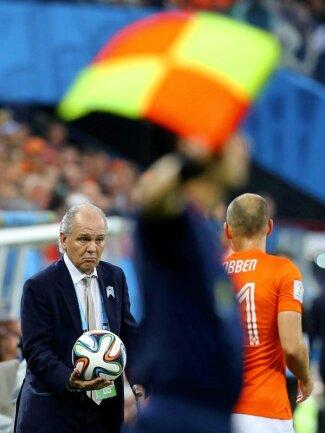 <b>Darreichung</b><br/>Argentiniens Nationaltrainer Alejandro Sabella (l) ist so freundlich und reicht Arjen Robben den Ball. Foto:Sebastiao Moreira<br/>09.07.2014 (dpa)