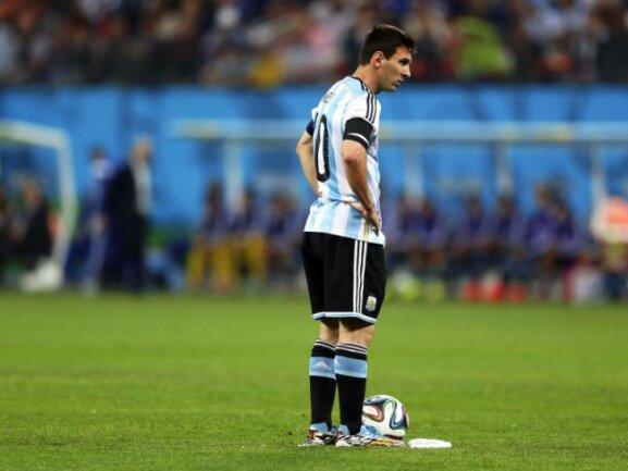 <b>Am Punkt</b><br/>Lionel Messi bereitet sich auf einen Freistoß vor. Foto: Marcelo Sayao<br/>10.07.2014 (dpa)