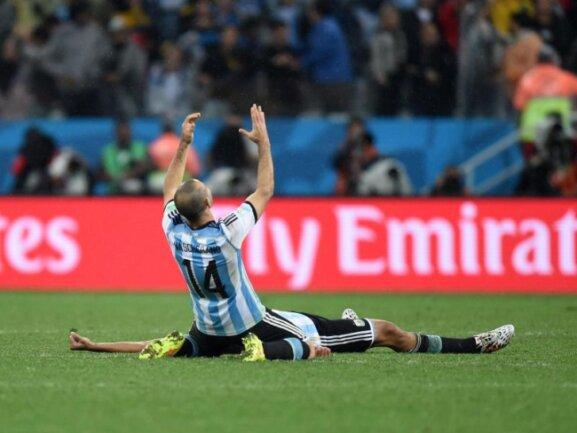 <b>Abpfiff</b><br/>Javier Mascherano sinkt zu Boden - Argentinien gewinnt das Elferdrama. Foto: Marius Becker<br/>10.07.2014 (dpa)