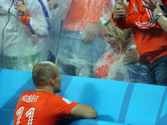 <b>Wiedersehen</b><br/>Arjen Robben eilt zu seiner Frau Bernadien, um sein weinendes Kind zu beruhigen. Foto: Diego Azubel<br/>10.07.2014 (dpa)