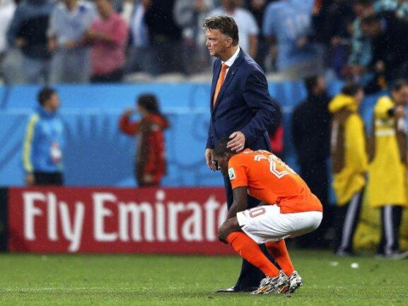 <b>Trost</b><br/>Louis van Gaal versucht Georginio Wijnaldum zu trösten. Foto: Marcelo Sayao<br/>10.07.2014 (dpa)