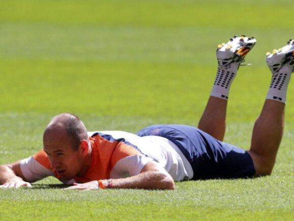 <b>Bäuchlings</b><br/>Der niederländische Nationalspieler Arjen Robben trainiert das Fallen ohne sich zu verletzen. Foto:Felipe Trueba<br/>11.07.2014 (dpa)