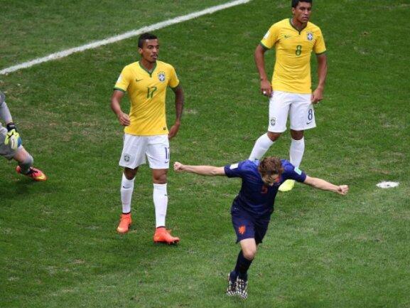 <b>Zu einfach</b><br/>Völlig unbedrängt kam Daley Blind im Strafraum zum Schuss. Die Brasilianer waren erneut mehrere Schritt zu weit weg von ihren Gegenspielern. Foto: Fernando Bizerra Jr<br/>12.07.2014 (dpa)