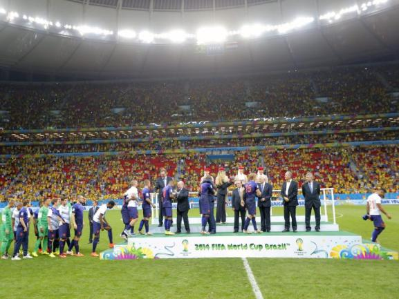 <b>WM-Bronze</b><br/>Die Niederländer erhalten nach dem 3:0-Sieg gegen Brasilien aus den Händen von FIFA-Präsident Joseph Blatter die Bronzemedaille. Foto: Robert Ghement<br/>13.07.2014 (dpa)