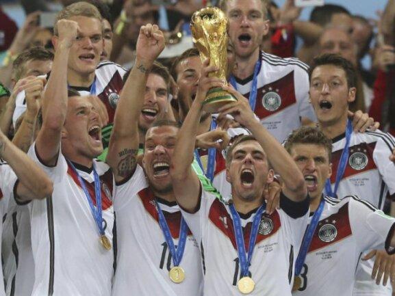 <b>Champions</b><br/>Weltmeister! Kapitän Philipp Lahm bekam nach dem Finale die WM-Trophäe überreicht. Foto: Marcelo Sayao<br/>14.07.2014 (dpa)