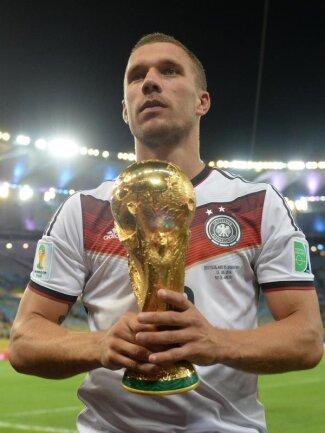 <b>WM-Traum</b><br/>Ein Traum wurde wahr: Lukas Podolski mit dem Weltpokal. Foto: Andreas Gebert<br/>14.07.2014 (dpa)