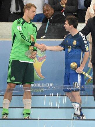 <b>Gratulation!</b><br/>Manuel Neuer wurde zum besten Torhüter der WM ausgezeichnet, Lionel Messi als bester Spieler. Foto: Marcus Brandt<br/>14.07.2014 (dpa)