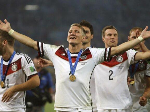 <b>Weltmeister-Brust</b><br/>Bastian Schweinsteiger: Als Weltmeister hat man automatisch eine breite Brust. Foto: Marcelo Sayao<br/>14.07.2014 (dpa)