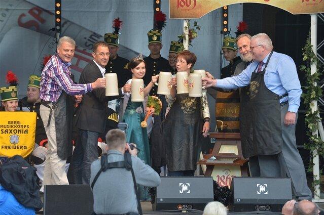<p> Mit dem Steigerlied ist am Donnerstagabend das 29.Freiberger Bergstadtfest eröffnet worden. Oberbürgermeister Bernd-Erwin Schramm (parteilos) erklärte mit Verweis auf 180 Programmpunkte: &quot;Es ist für jeden etwas dabei.&quot;</p>