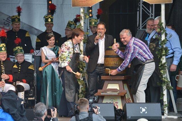 <p> Den traditionellen Fassbieranstich vollzog diesmal die Prorektorin der TU Bergakademie Sylvia Rogler, ließ sich dabei aber von Bernd-Erwin Schramm unterstützen.</p>